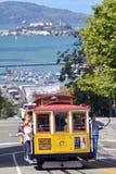 Passagerare rida på den ingen kabelbilen 15 med den Alcatraz ön i th Arkivfoto