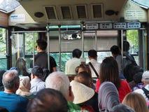 Passagerare rider den maximala spårvagnen till överkanten av Victoria Peak royaltyfri fotografi