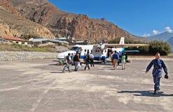 Passagerare skriver in till nivån på den Jomsom flygplatsen, Nepal fotografering för bildbyråer