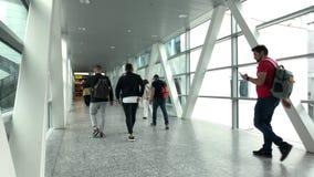 Passagerare som går i den internationella flygplatsen arkivfilmer