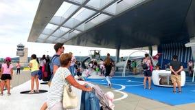Passagerare som går i den internationella flygplatsen stock video
