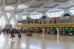 Passagerare som in går och kontrollerar på den nya avvikelsekorridoren av den Marrakech flygplatsen Arkivbild