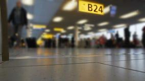 Passagerare som går på avvikelsen, är slö, flygplatsterminalen, lopp med flygbolag stock video