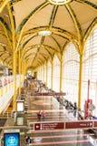 Passagerare som går till och med en ljus flygplats Arkivbild