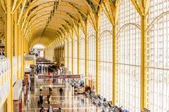 Passagerare som går till och med en ljus flygplats Arkivfoton
