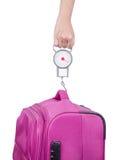 Passagerare som kontrollerar bagagevikt med skalan för flygisola Royaltyfria Foton
