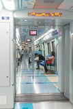 Passagerare som rider ett tekniskt avancerat, enskenig järnvägpendeltåg Royaltyfri Bild