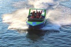 Passagerare som rider i en jetboat royaltyfri bild