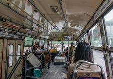 Passagerare som sitter på den gamla bussen arkivbild