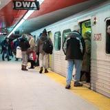Passagerare som skriver in i ett gångtunneldrev, Toronto, Arkivfoto