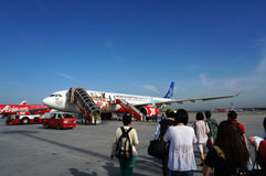 Passagerare som stiger ombord Airasia Royaltyfri Fotografi