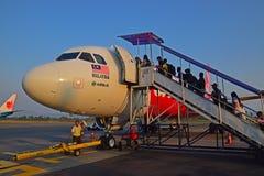 Passagerare som stiger ombord det AirAsia flyget i den Jogyakarta flygplatsen Royaltyfria Foton