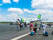 Passagerare som stiger ombord det Transavia Boeing 737-700 flyget på den Bergerac flygplatsen Arkivfoton
