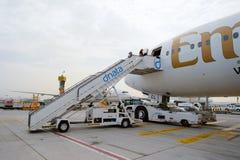 Passagerare som stiger ombord emiraterna Boeing 777-300ER Royaltyfri Foto