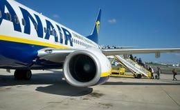 Passagerare som stiger ombord ett flygplan royaltyfria bilder