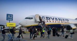 Passagerare som stiger ombord ett flygplan royaltyfria foton