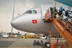 Passagerare som stiger ombord ett flygplan A 320 arkivbild