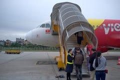 Passagerare som stiger ombord ett flygplan A 320 fotografering för bildbyråer