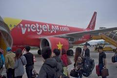 Passagerare som stiger ombord ett flygplan Vietjet, luftar A 320 arkivfoto