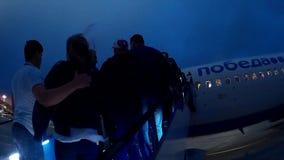 Passagerare som stiger ombord på flygplanet av low costflygbolag Ryanair arkivfilmer