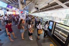 Passagerare som väntar det offentliga drevet i Bangkok Royaltyfria Bilder