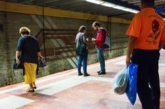 Passagerare som väntar drevet Arkivbild