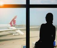Passagerare som väntar för att få ombord ett Qatar Airways flyg till Istanbul, Turkiet Royaltyfria Bilder