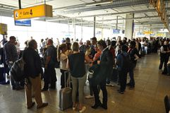 Passagerare som väntar i den Eindhoven flygplatsen Fotografering för Bildbyråer