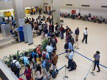 Passagerare som väntar i köen för säkerhetskontroll på Sri Lanka Bandaranaike den internationella flygplatsen Arkivbilder