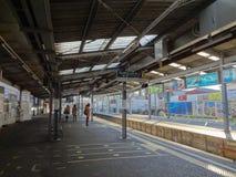Passagerare som väntar på den Kamakura stationen arkivfoton