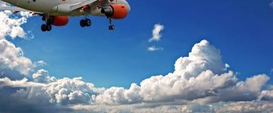 Passagerare sprutar ut mot en blåttsky med fluffiga moln för vit Arkivbilder