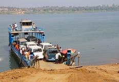 Passagerare stiger ombord en Mekong River färja Royaltyfri Foto