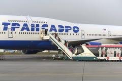 Passagerare stiger ombord flygplanet Boeing 747 Transaero flygbolag Arkivfoto