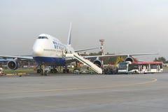 Passagerare stiger ombord flygplanet Boeing 747 Transaero flygbolag Royaltyfri Bild