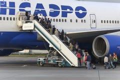 Passagerare stiger ombord flygplanet Boeing 747 Transaero flygbolag Arkivbilder