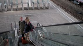 Passagerare två står på rulltrappa på järnvägsstationen, bästa sikt lager videofilmer