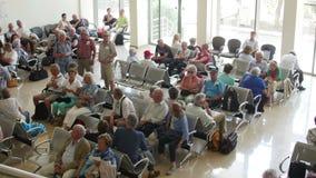 Passagerare väntar för att stiga ombord flygplanet i ett väntande rum på den internationella flygplatsen för Donaudeltan lager videofilmer