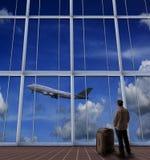 Passagerareanseende med den stora resväskan i flygplats och se till a royaltyfri bild