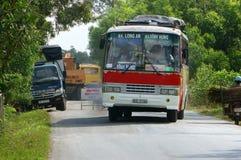 Passagerarebil över roadworks på huvudvägen Arkivfoto