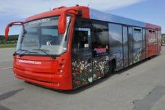 Passagerarebuss på flygplatsen Zurich, Schweiz Arkivfoto