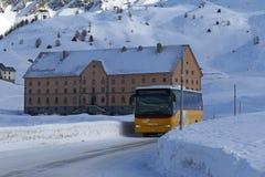 Passagerarebuss på snöig överkant för bergpasserande Fotografering för Bildbyråer