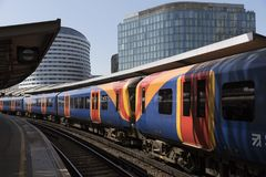 Passageraredrev på den Waterloo stationen london uk Fotografering för Bildbyråer