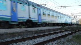 Passageraredrevet ankommer i en station lager videofilmer