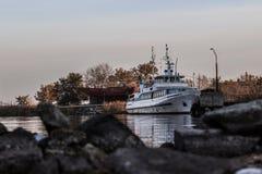 Passagerarefartyg på förtöja i aftonen Royaltyfri Foto