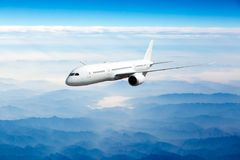Passagerareflygplan i flyg Slapp fokus arkivfoto