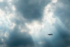 Passagerareflygplan i sol-Ray fotografering för bildbyråer