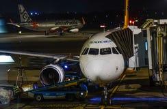 Passagerareflygplan på nattflygplatsen arkivfoto