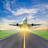 Passagerareflygplanet tar av från landningsbanor mot härlig himmel arkivbild