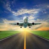 Passagerareflygplanet tar av från landningsbanor mot härlig himmel arkivfoton