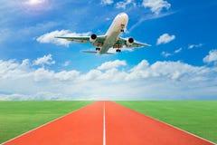 Passagerareflygplanet tar av från landningsbanor mot härlig himmel, royaltyfri foto